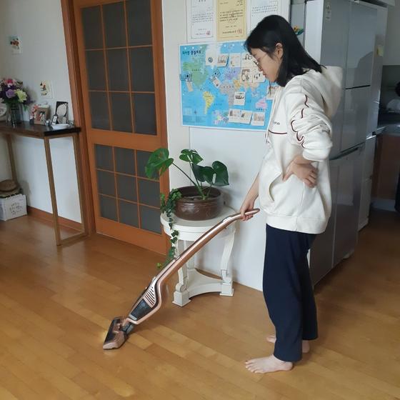 김나연 학생기자가 거실 청소 홈아르바이트를 하는 모습이다.