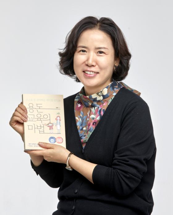 어린이의 용돈 관리 방법에 관한 책을 펴낸 김영옥씨. 그는 수년간 경제 강사로 일한 경험을 바탕으로 유튜브 채널 '남매사이다'를 운영하고 있다.