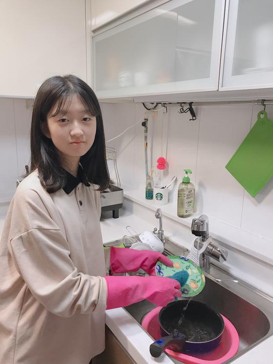조서영 학생기자가 홈아르바이트를 하고 있다. 설거지 등 학생이 스스로 할 수 있으면서 집안일에 실질적 도움이 되는 일을 찾는 게 좋다.