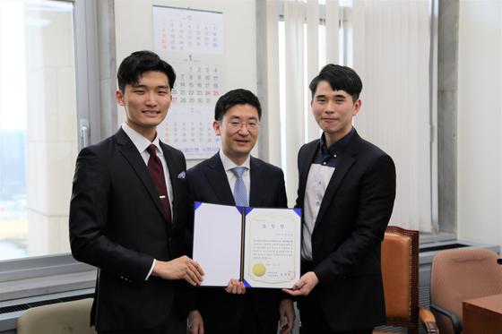 국회 보건복지위원장 표창을 수여 받은 모와커뮤니티 단장 김온수(오른쪽), 김세연 국회의원 (중앙), 모와프렌즈 팀장 오선우(왼쪽) 모습