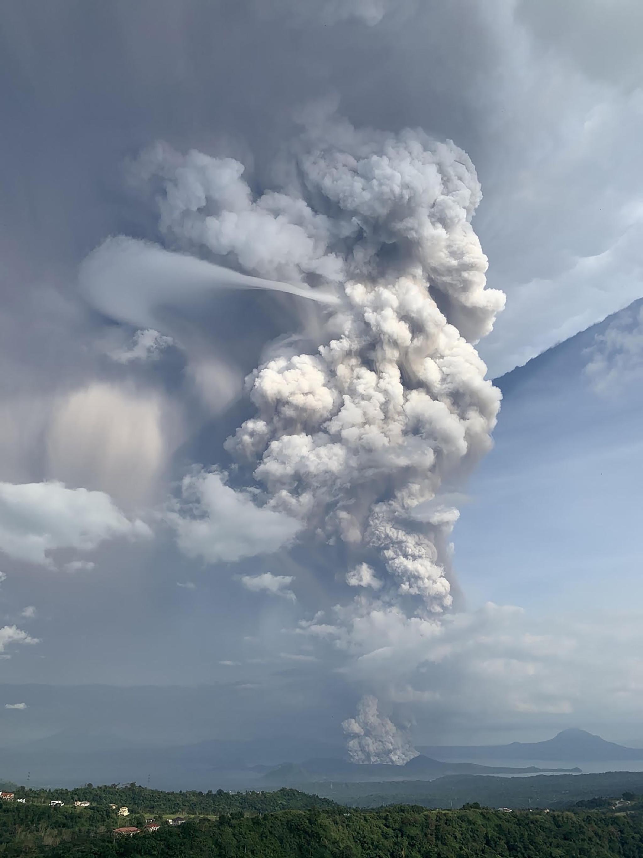12일(현지시간) 필리핀 따가이따이 인근 지역의 따알 화산이 재를 내 뿜고 있다. [AFP=연합뉴스]