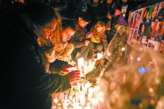 지난 9일(현지시간) 토론토의 한 광장에서 시민들이 우크라이나 여객기 사고 희생자들을 기리는 촛불을 밝히고 있다.[연합뉴스]