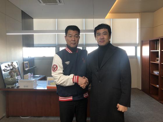 김강민(왼쪽)이 SK와 두 번재 FA 계약을 했다. 사진 = SK 제공