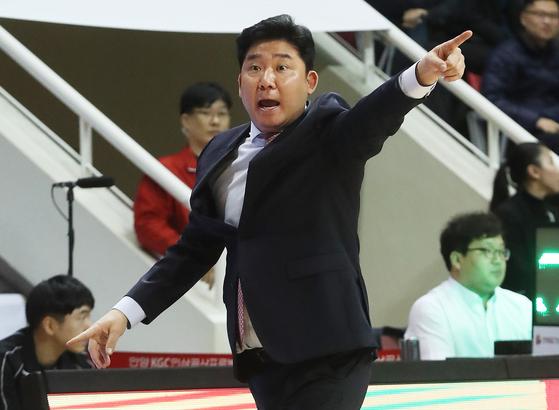 경기 막판 무성의한 플레이 논란을 빚은 김승기 감독이 KBL 재정위에 회부됐다. [연합뉴스]