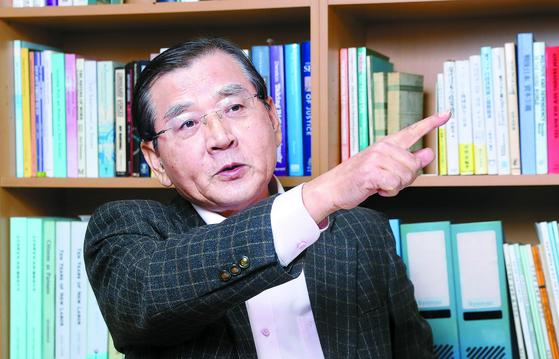 """김대환 전 노동부 장관은 지난달 30일 서울 방배동 개인 연구실에서 중앙일보와 인터뷰했다. 그는 정부의 올해 경제정책 방향에 대해 '혁신이 강조된 건 평가할 만하다""""며 '정책 기조를 혁신성장으로 분명하게 바꾸고, 소주성에 대한 정치적 미련은 버렸으면 한다""""고 말했다. 강정현 기자"""