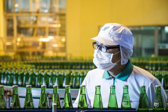 칠성사이다 안성 공장에서 한 직원이 생산라인을 지켜보고 있다. [사진 롯데칠성음료]