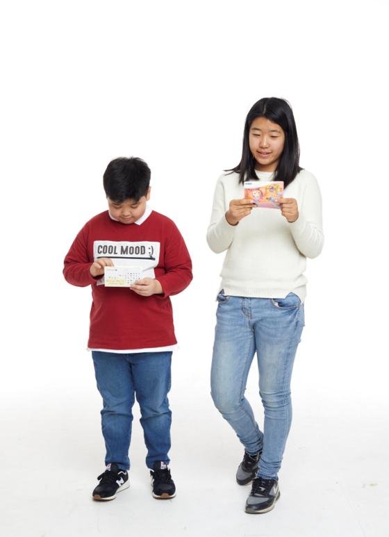 (왼쪽부터)김윤수, 노효은 학생기자가 통장을 살피고 있다. 노 학생기자가 손에 든 건 조온유 학생기자의 세 통장 중 하나다.