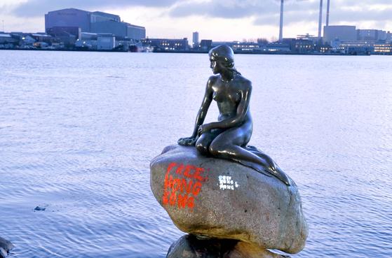 13일 인어상이 앉아 있던 바위에 붉은 색 페인트 글씨가 적혀있다.[로이터=연합뉴스]