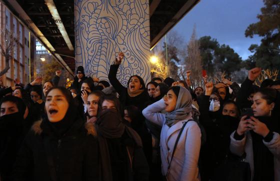 11일 이란 정부가 우크라이나 항공기 오인 격추 사실을 뒤늦게 인정하자 분노한 이란 시민들이 시위하고 있다. [EPA=연합뉴스]