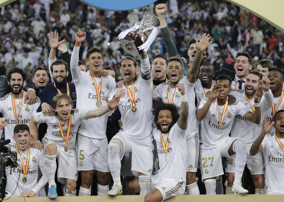 스페인 수퍼컵 우승 직후 트로피를 들고 환호하는 레알 마드리드 선수들. [AP=연합뉴스]