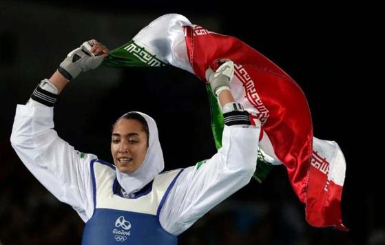 알리자데브가 2016년 브라질 리우 올림픽 태권도 여자 57kg급에서 동메달을 따넨 뒤 이란 국기를 펼치며 환호하고 있다. [AP=연합뉴스]