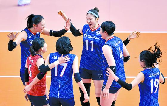 12일 태국에서 열린 '2020 도쿄올림픽 아시아 예선' 결승전에서 김연경(맨 왼쪽) 등 한국 여자 배구 대표팀 선수들이 득점 한 뒤 기뻐하고 있다. 한국은 이날 경기에서 세트스코어 3대0으로 태국을 꺾고 도쿄올림픽 출전권을 획득했다. [뉴스1]