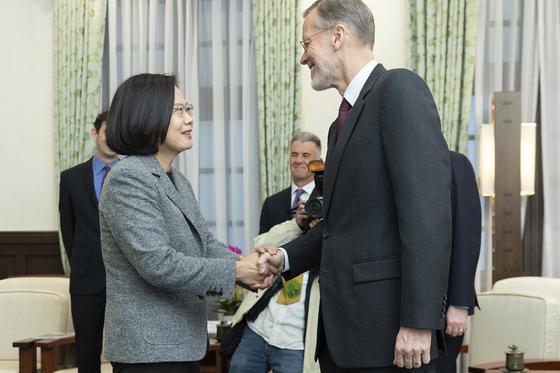 연임에 성공한 차이잉원 대만 총통이 12일 미국의 대만 내 대사관에 해당하는 미국재대만협회(AIT)의 윌리엄 브렌트 크리스턴슨 타이베이 사무처 처장으로부터 축하 인사를 받고 있다. [AP=연합뉴스]
