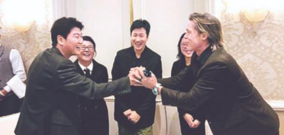 브래드 피트가 송강호와 만나 두 손으로 악수하는 사진이 화제가 되고 있다.  영화 '기생충' 미국 배급사인 네온은 3일(현지시간) 자사 트위터 계정에