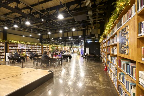 서울책보고에서는 독립출판물과 기증도서도 열람할 수 있다. 책을 읽을 테이블도 마련돼 있다.