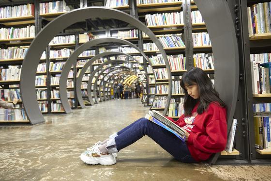 서울책보고에서는 바닥에 자리를 잡고 앉아 독서 삼매경에 빠진 이들을 쉽게 볼 수 있다. 통행에 방해가 되지 않는 구석자리에서 하루종일 책을 읽을 수도 있다.