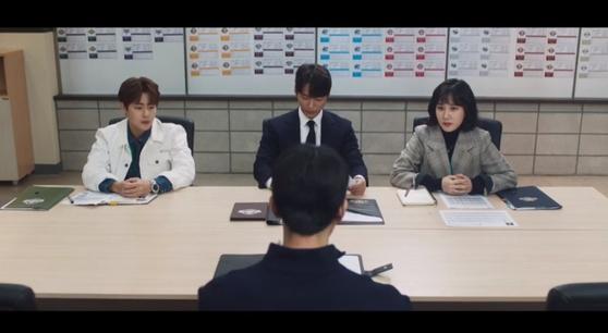 드라마 스토브리그 중 백승수 단장과 운영팀이 연봉 협상을 하는 장면. [사진 SBS]