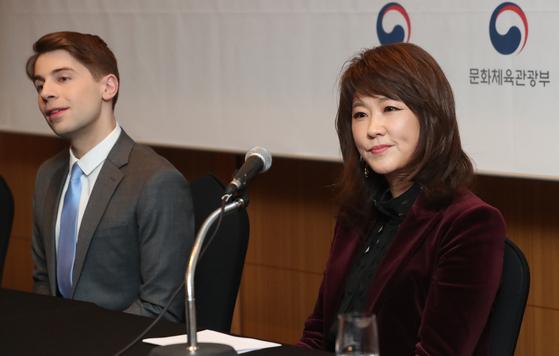'2020 한국이미지상' 수상자인 나윤선 재즈 보컬리스트(오른쪽)와 제프 벤자민 빌보드 K-POP 칼럼니스트. [연합뉴스]