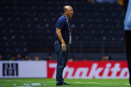 터치라인 부근에서 경기를 지켜보는 박항서 베트남 올림픽팀 감독. [사진 아시아축구연맹]