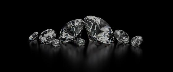화학적, 광학적, 물리적으로 자연에서 채굴한 다이아몬드와 완벽하게 일치하는 인공 다이아몬드. 실험실에서 만들어졌다는 의미로 랩 다이아몬드로 불린다. [사진 스카이랩 다이아몬드]