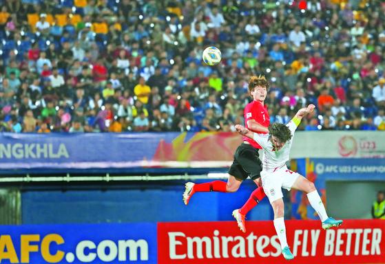 한국 조규성(왼쪽)이 이란 선수와 공중볼을 다투고 있다. 한국은 8강에 진출했다. [연합뉴스]