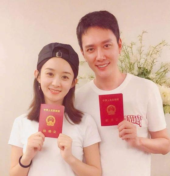 중국 인기 배우 펑샤오펑(오른쪽)이 아내와 함께 결혼증명서를 들어보이고 있다. 중국에선 결혼신고를 하면 결혼증을 발급한다. [소후]