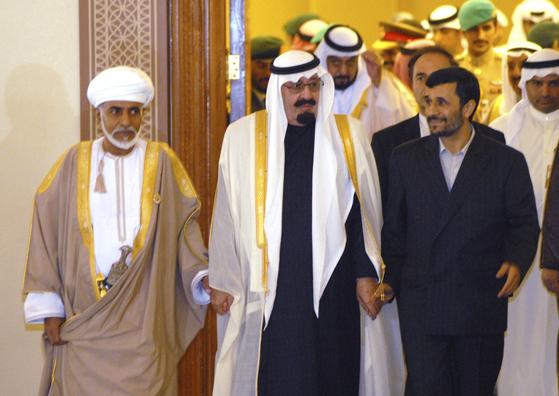 오만의 술탄(이슬람 군주)인 카부스 빈 사이드 알사이드(왼쪽)의 중재로 중동의 숙적이 손을 잡았다. 2007년 12월 3일 카타르의 수도 도하에서 열렸던 걸프협력회의 개막식에 앞서 사우디아라비아의 압둘라 당시 국왕(가운데)이 이란의 마무드 아마디네자드 당시 대통령과 손을 잡고 이동하고 있다. 사우디아라비아는 이슬람 수니파의 중심국가이며 이란은 시아파의 맹주로서 두 나라는 1979년 이란 이슬람 혁명 이후 끊임없이 반복했지만 카부스의 중재로 일시적이지만 화해 분위기를 연출했다. 압둘라 국왕ㅇ과 아마디네자드 대통령은 그해 3월 카부스의 중재로 리야드에서 이슬람혁명 뒤 첫 양국 정상회의를 열었다. [AP=연합뉴스]