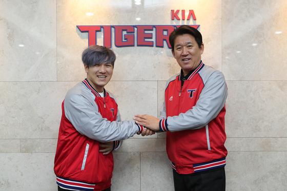 FA 계약을 맺은 김선빈(왼쪽)과 조계현 KIA 단장. [사진 KIA 타이거즈]