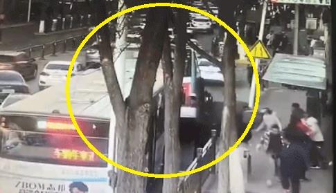 중국 칭하이(靑海)성의 한 버스정류장 부근 도로가 지난 13일(현지시간) 오후 갑자기 함몰되면서 버스가 땅속으로 기울었다. 이 사고로 버스를 타려던 시민과 승객 등 20여명이 숨지거나 다치고 실종됐다. [연합뉴스]