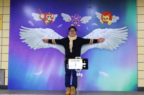 여행작가 이종원의 200개째 날개. 지난 9일 서울 지하철 7호선 어린이대공원역에서 촬영했다. 손민호 기자
