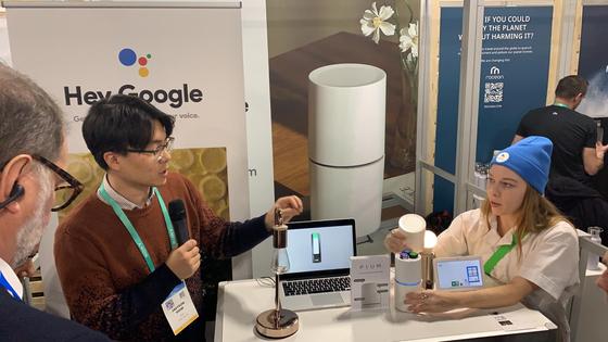 피움랩스가 CES 2020 유레카파크에 차린 전시 부스. 김재연 대표(왼쪽)가 제품을 설명하고 있다. 오른쪽 여성은 구글에서 파견해 준 홍보지원자(앰버서더)다. [사진 피움랩스]