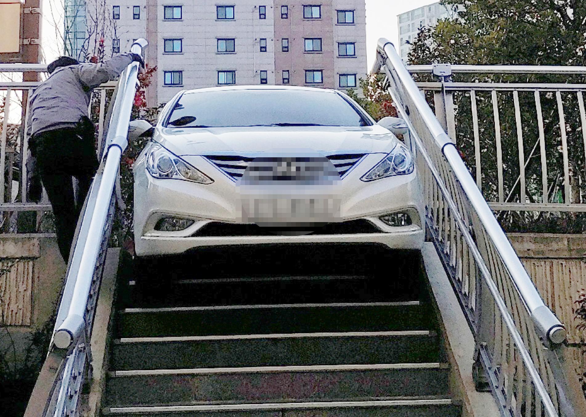지난 11일 오후 4시 45분쯤 부산 부산진구 감고개공원 계단에 끼인 30대 음주운전자의 차량. [사진 부산진경찰서]