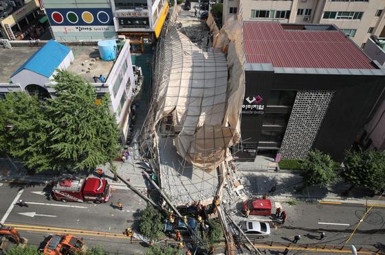 지난해 7월 4일 오후 서울 서초구 잠원동에 있는 지상 5층, 지하 1층짜리 건물이 철거 작업 도중 붕괴됐다. [연합뉴스]