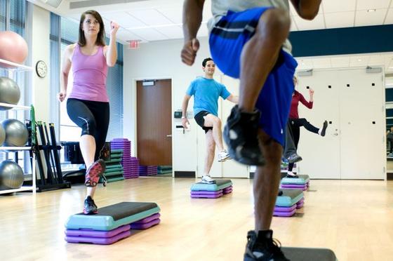 식단 조절과 함께 유산소 운동, 근육 운동을 병행하자. 살을 빼기 위해서 유산소 운동만 하는 사람들이 있는데, 근육이 있어야 기초대사량이 올라가고 칼로리를 소모하기 때문에 근육량도 중요하다. [사진 pixnio]