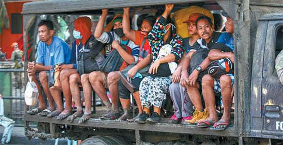 이날 트럭을 타고 위험 지역에서 대피하는 바탕가스주 탈리사이 주민들. 이날 마닐라와 주변 도시 관공서와 학교에는 휴무령과 휴교령이 내려졌다. [AP=연합뉴스]