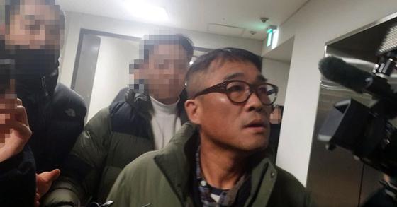 가수 김건모가 15일 오전 10시23분쯤 성폭행 혐의 조사를 받기 위해 서울 강남경찰서에 들어서고 있다. [뉴시스]
