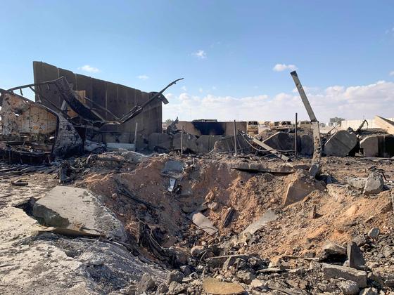 이란 혁명수비대의 미사일 공격으로 무너진 이라크 아인 알아사드 미군 공군 기지가 13일 (현지시간) 언론에 공개 됐다. 미사일 공격으로 땅이 웅덩이처럼 파였다. [AFP=연합뉴스]