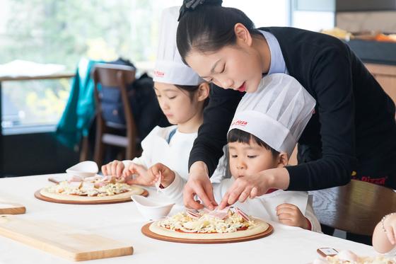 미스터피자의 '오감만족 어린이 피자교실'. [사진 미스터피자]
