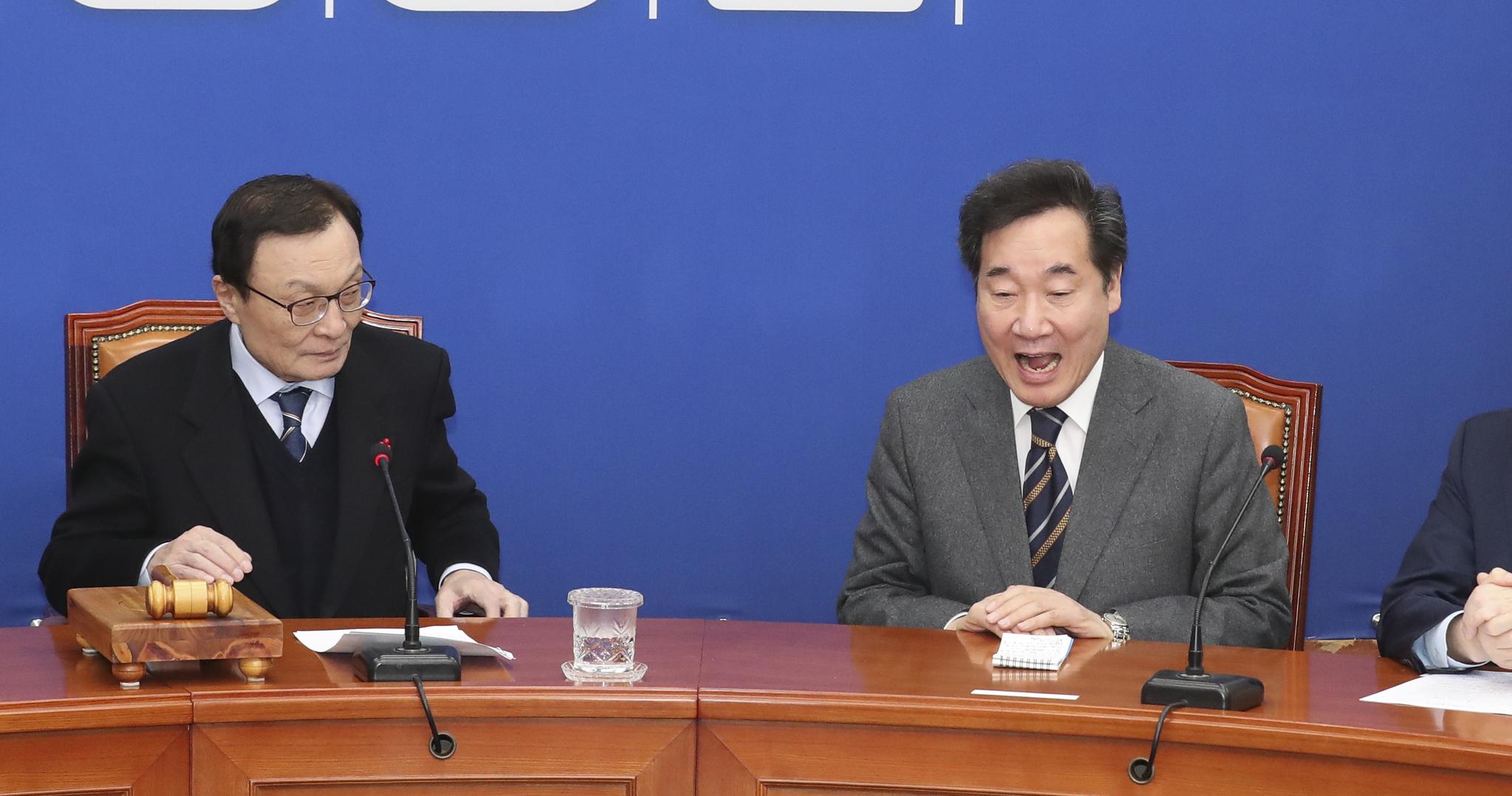 이낙연 전 국무총리(오른쪽)가 15일 오전 국회에서 열린 민주당 최고위원회의에서 이 대표가 꽃다발을 증정하겠다고 하자 입을 크게 벌리며 놀란 표정을 하고 있다. 임현동 기자