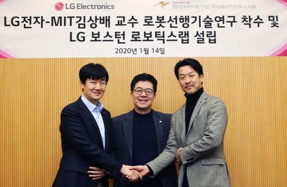 LG전자와 로봇 개발에 나선 MIT 김상배 교수(오른쪽)와 박일평 사장(가운데), 로봇선행연구소장 백승민 상무. [사진 LG전자]