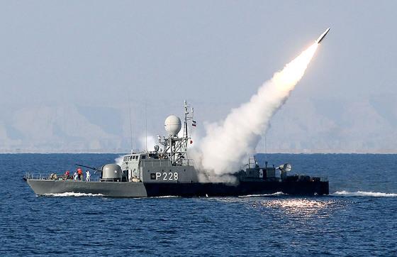 미국이 한국에 호르무즈 해협 파병을 요청한 가운데 찬반 여론이 팽팽히 맞서고 있다. 사진은 호르무즈 해협에서 이란이 중거리 미사일을 시험 발사하고 있는 모습. [AFP=연합뉴스]
