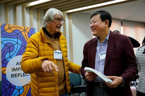 허태수 GS 회장(오른쪽)이 13일부터 서울 역삼동 디캠프에서 열린 '스탠포드 디자인 씽킹 심포지엄 2020'에 참석하여 래리 라이퍼 스탠포드 디자인 센터장과 이야기를 나누고 있다. [사진 GS]