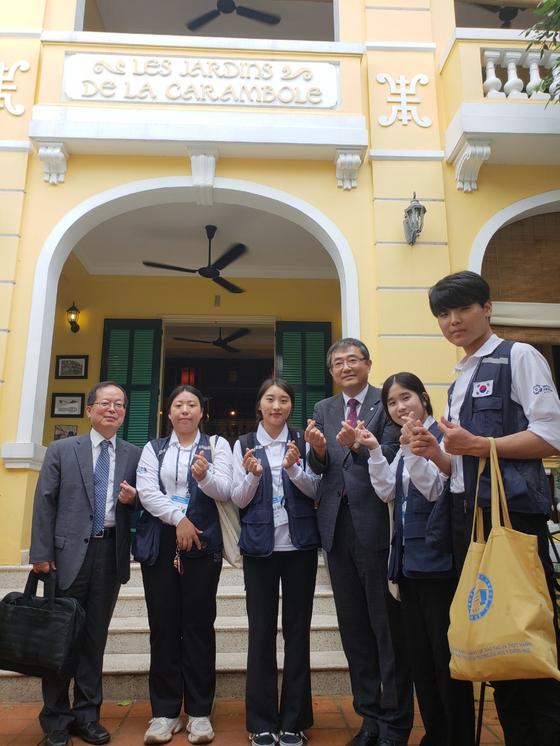 대사협 유지상 회장(오른쪽 세 번째)이 베트남 현지를 방문하여 대사협 중기봉사단원들을 만나 격려했다.