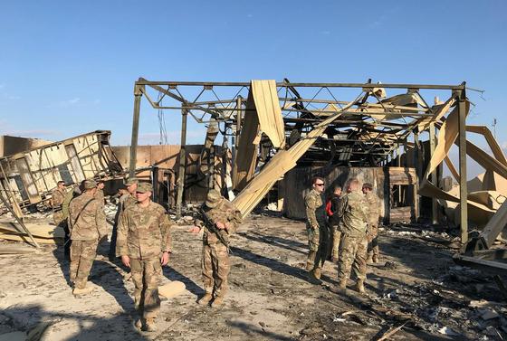 이란 혁명수비대의 미사일 공격으로 무너진 이라크 아인 알아사드 미군 공군 기지가 13일 (현지시간) 언론에 공개 됐다. 현지 주둔 미군들이 폭격을 맞은 현장을 둘러보고 있다. [로이터=연합뉴스]