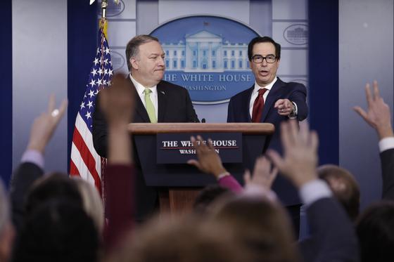 마이크 폼페이오 국무장관(왼쪽)과 스티븐 므누신 재무장관이 지난 10일 백악관에서 이란 추가 제재와 관련한 언론 브리핑을 하고 있다. [AP=연합뉴스]