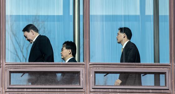 윤석열 검찰총장이 15일 오후 서울 서초구 대검찰청 청사에서 점심식사를 하기 위해 이동하고 있다. [뉴스1]