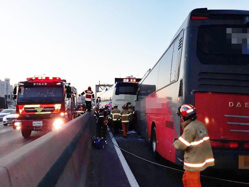 15일 오전 7시쯤 경기 용인시 기흥구 경부고속도로 신갈나들목(IC) 부근 부산 방향 차로에서 버스 5대가 잇따라 추돌했다. [사진 경기소방재난본부]