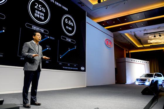 박한우 기아자동차 사장이 14일 오전 여의도 콘래드 서울 호텔에서 'CEO 인베스터 데이'에서 중장기 전략인 '플랜 S'와 '2025년 투자 및 재무 전략을 발표하고 있다. [사진 기아자동차]