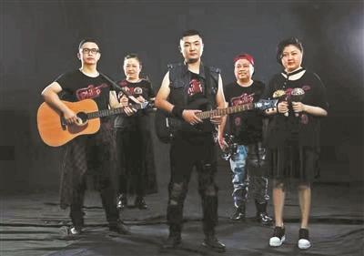 호주 청년 필립의 장기 기증으로 새로운 삶을 살게 된 중국 충칭의 다섯 명이 '한 사람의 악단'을 구성해 필립의 공익 활동 꿈을 이어가기로 했다. [중국 환구망 캡처]