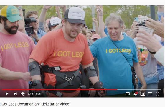 2017년 한 마라톤 대회에 참가한 하지 마비 장애인 애덤 골리츠키. [유튜브 캡처]